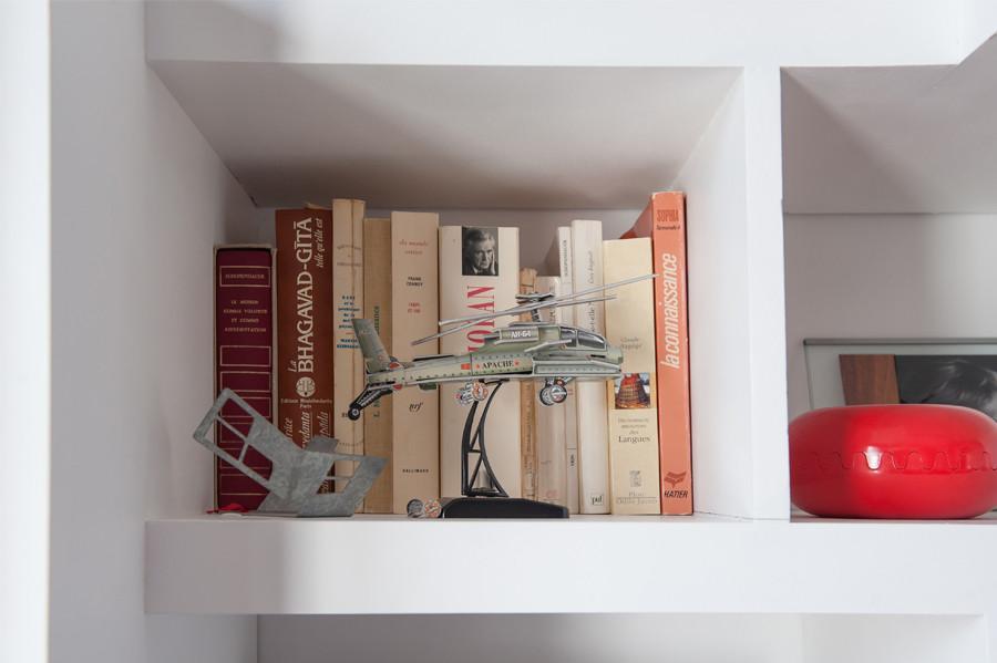 bibliothèque-conception-création-fabrication-agencement-aménagement-mobilier-meuble-sur-mesure-blanc-MDF-médium-chêne-bois-niche-architecture-intérieur-télévision-TV-télé-moderne-design-contemporain-Paris-Nantes-moulures-appartement-salon-parquet-lumière-spots-jdds-julien-devaux-designer-concepteur-createur