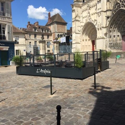 Terrasse-restaurant-café-commerce-extérieur-architecture-végétal-végétalisé-coupe-vent-métal-acier-verre-conception-création-fabrication-sur-mesure- moderne-design-contemporain-Paris-Nantes-jdds-julien-devaux-designer-concepteur-créateur