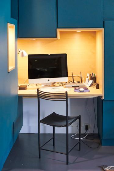 bibliothèque-bureau-dressing-rangement-placard-banquette-conception-création-fabrication-agencement-aménagement-mobilier-meuble-sur mesure-bleu-orange-MDF-chêne-bois-niche-architecture intérieur-moderne-design-contemporain-Paris-Nantes-maison-salon-lumière-spots-jdds-julien-devaux-designer-concepteur-createur-caissons-structure