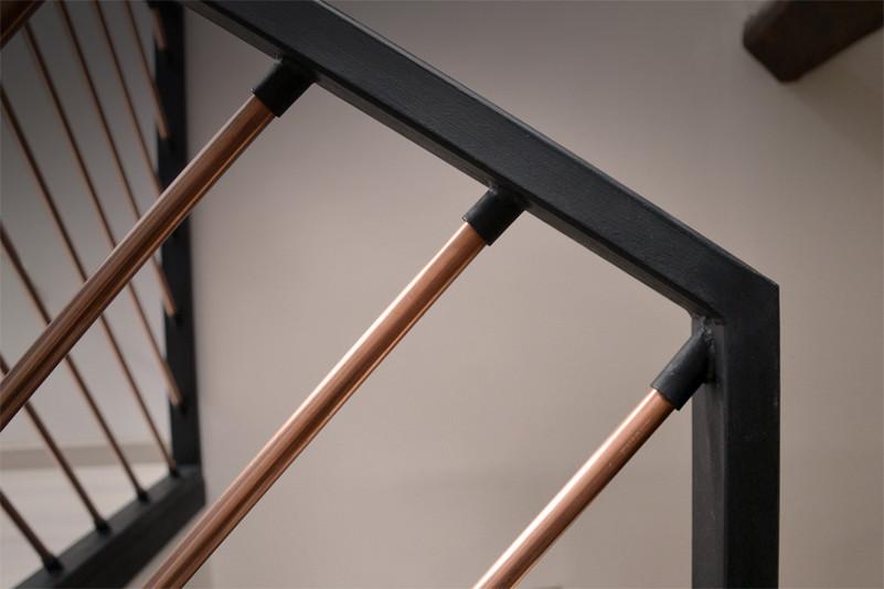 garde-corps-escalier-conception-création-fabrication-agencement-aménagement-mobilier-meuble-sur-mesure-acier-noir-cuivre-architecture-intérieur-moderne-design-contemporain-Paris-Nantes-maison-appartement-grenier-combles-lumière-spots-jdds-julien-devaux-designer-concepteur-createur