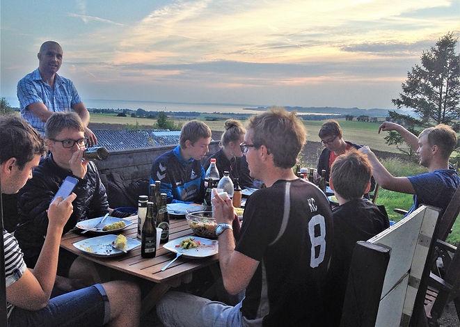 Når mørket sænker sig over Mols Bjerge og dagens teambuilding er slut, vender vi tilbage til møllen og spiser sammen. Derpå er vildmarksbadet åbent.