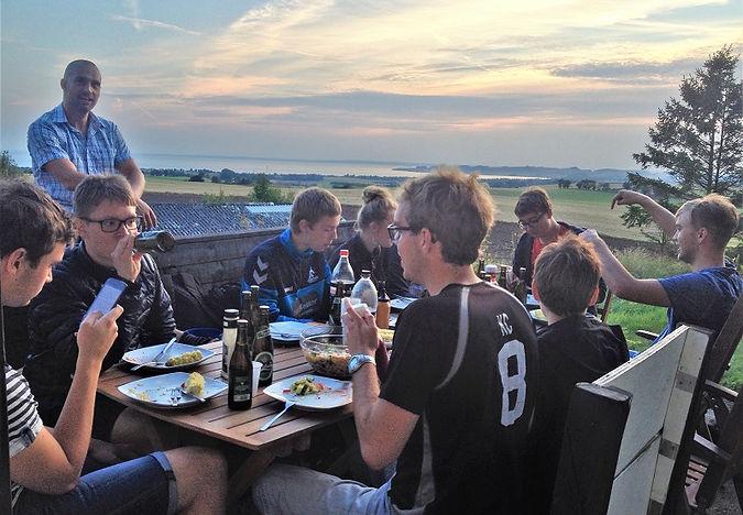 Tusmørket falder på og teamet hygger sig sammen ved Vistoft Mølle på Mols. SpencerHede arrangerer og faciliterer jeres teambuilding dag fra start til slut. Mulighed for sejlads til Mols