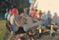 En fælles middag ovenpå teambuilding i Mols Bjerge. Teamet er kommet i mål og er blevet mange erfaringer rigere om hinanden
