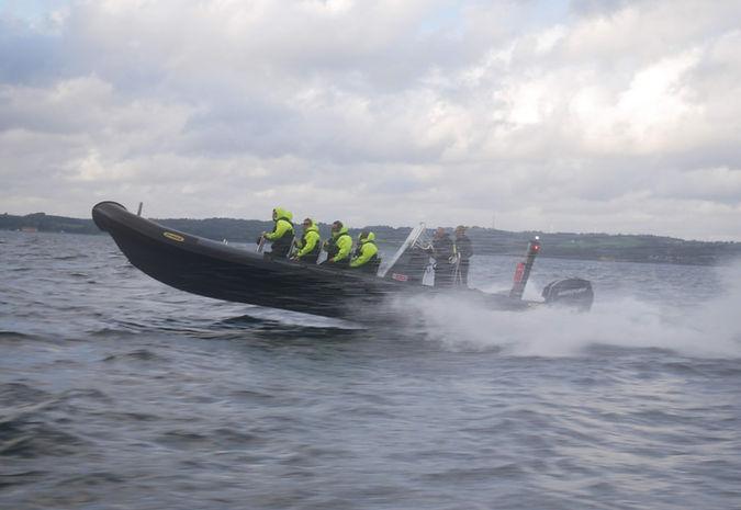 RIB speedbåde med hastigheder op mod 100 kilometer i timen. En fantastisk oplevelse på Aarhus Bugten. SpencerHede bruger dem blandt andet til teambuildingture til Mols Bjerge.