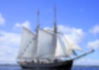 SpencerHede bruger sejlskibe til at transporter kursisterne til Mols Bjerge. Undervejs på skibet øvet teamet i at samarbejde om at navigere skibet og sætte sejl.