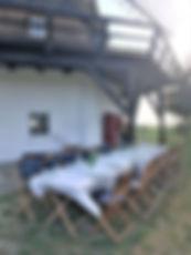 Når vejret er godt spiser vi naturligvis udenfor Møllen. Her dækkes op med hvide duge og alt er nu klart til dagens middag efter teambuilding øvelserne i Mols Bjerge