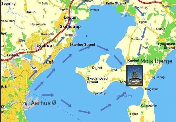 Vi sejler fra Aarhus til Mols Bjerge. Transporten kan foregå med speedbåde, træ færger eller sejlskibe. Sejltide er fra 8 minutter til 2 timer. Sejladsen kan bruges til at arbejde med teambuilding på et skib. Deltagerne navigerer skibet og sætter sejlene.