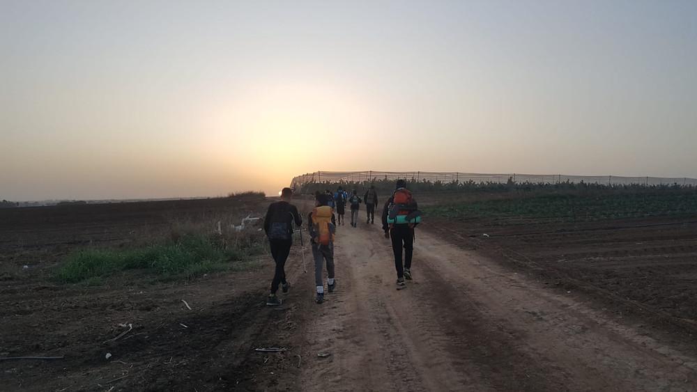 תלמידי כפר סילבר צועדים עם עלות השחר במסע לירושלים