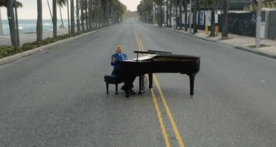 Rafael Solano filma video musical en el malecón de Santo Domingo durante toque de queda