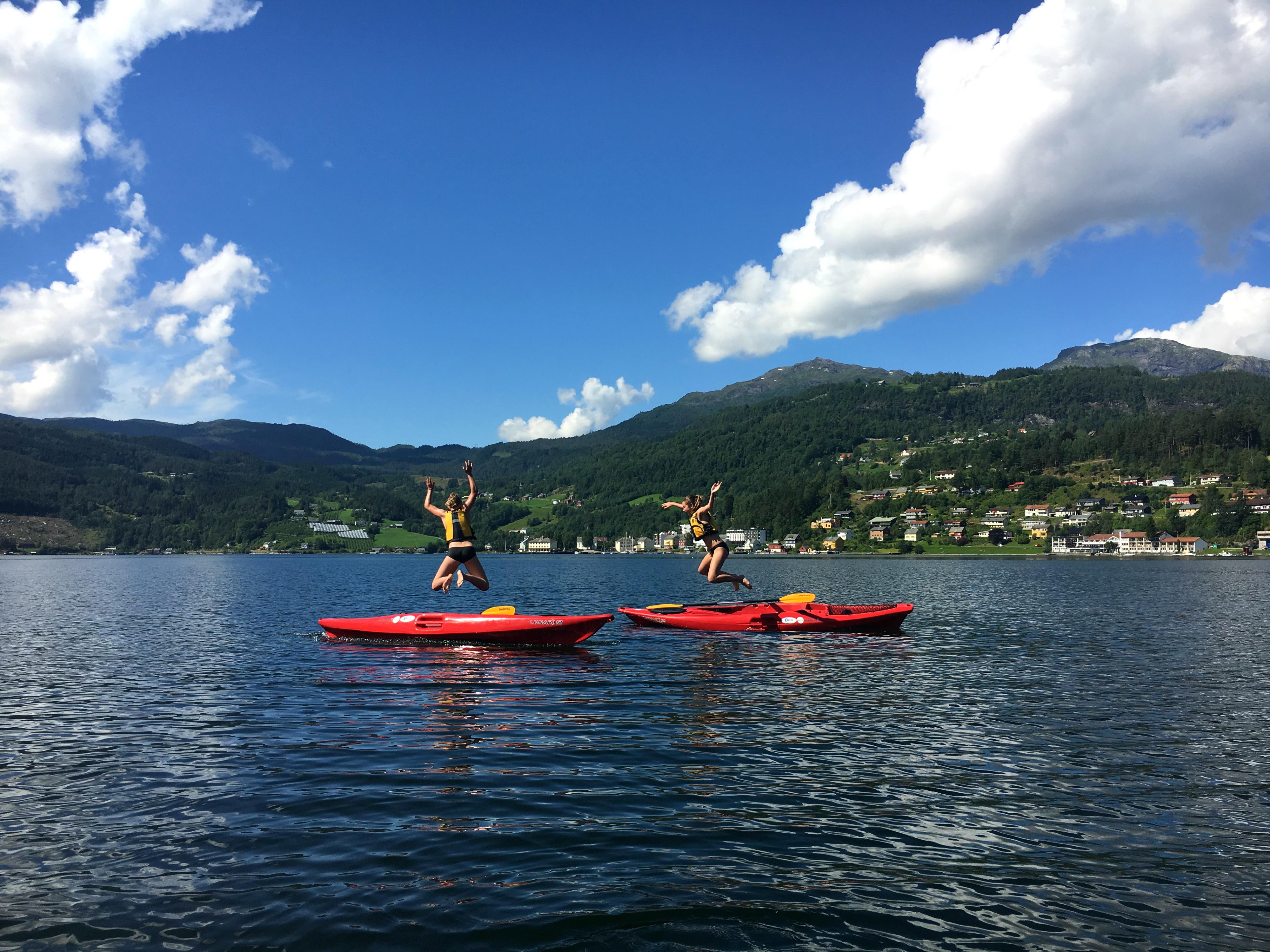 Meiden springen in fjord