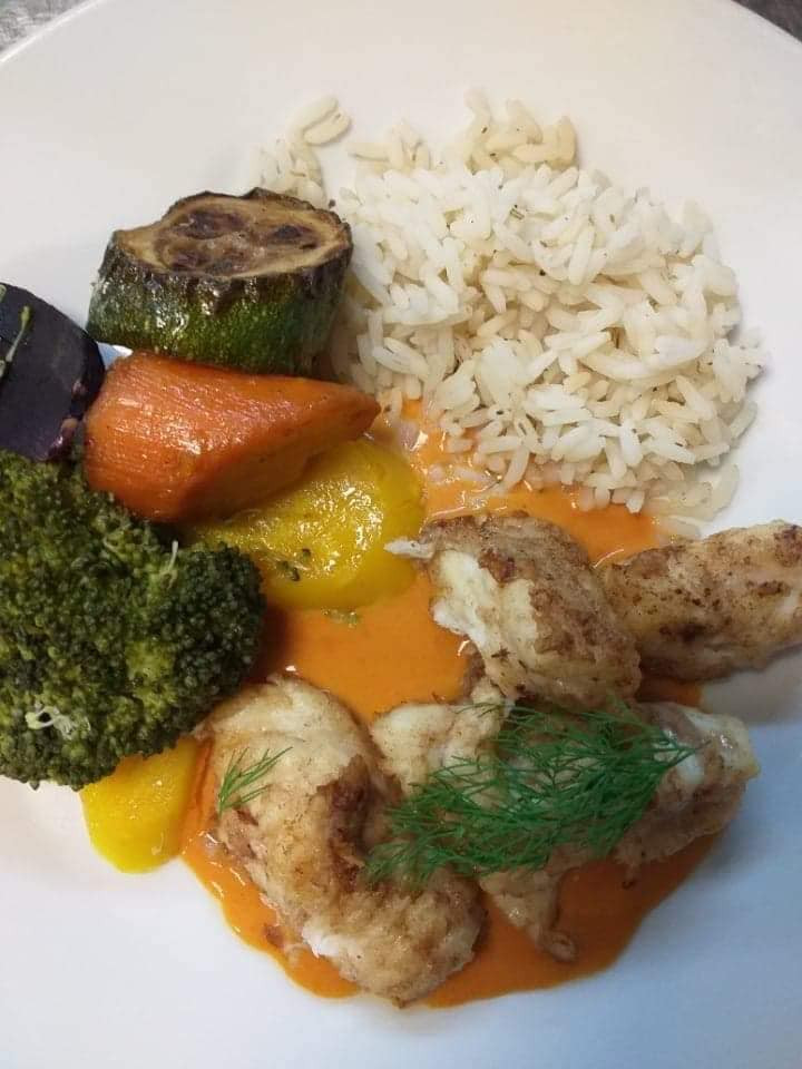 medaillons de lotte poêlés et ses petits légumes de saison et riz sau e crustacés ! Un vrai délice et des habitants heureux !!