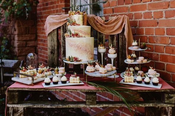 Sweet Table mit der mega Hochzeitstorte!