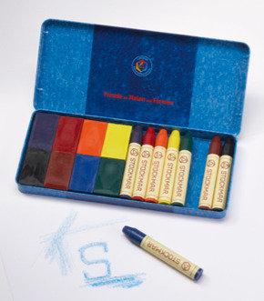 Boîte de crayons et blocs de cire d'abeille