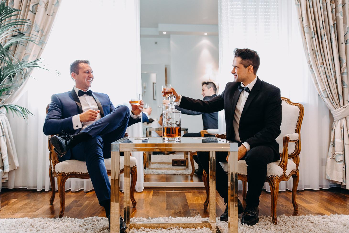 Bräutigam und Trauzeuge stoßen mit Sekt Getting Ready Hochzeitsfotograf