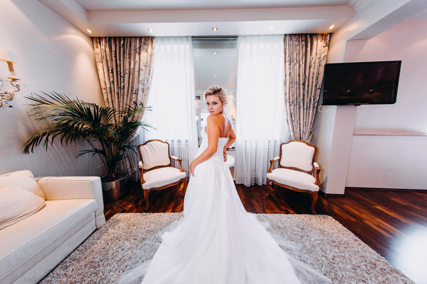 Shooting der Braut im Hotelzimmer vor der Trauung
