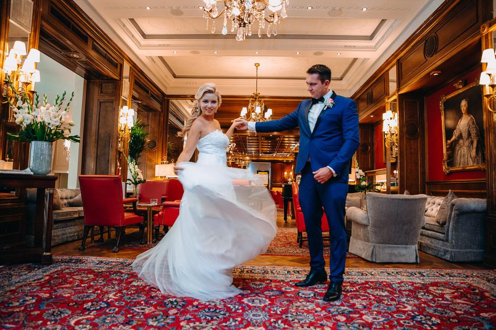 Brautpaar tanzen glücklich im Europäischem Hof Heidelberg Altstadt Hochzeitshooting