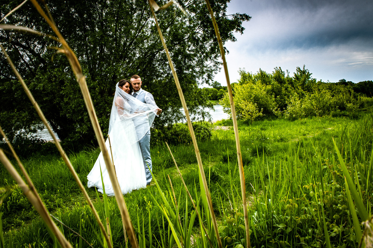 Brautpaar im Gras. Parkinsel - Stadtpark Ludwigshafen. Photo made by Willi Lasarenko Photography.