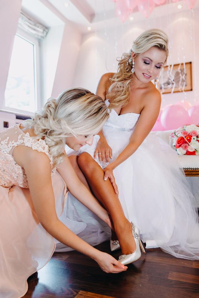 Trauzeugin hilft beim anziehen der Schuhe Getting Ready Hochzeitsfotograf Heidelberg