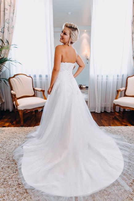 Braut freut sich auf die bevorstehende Trauung Getting Ready