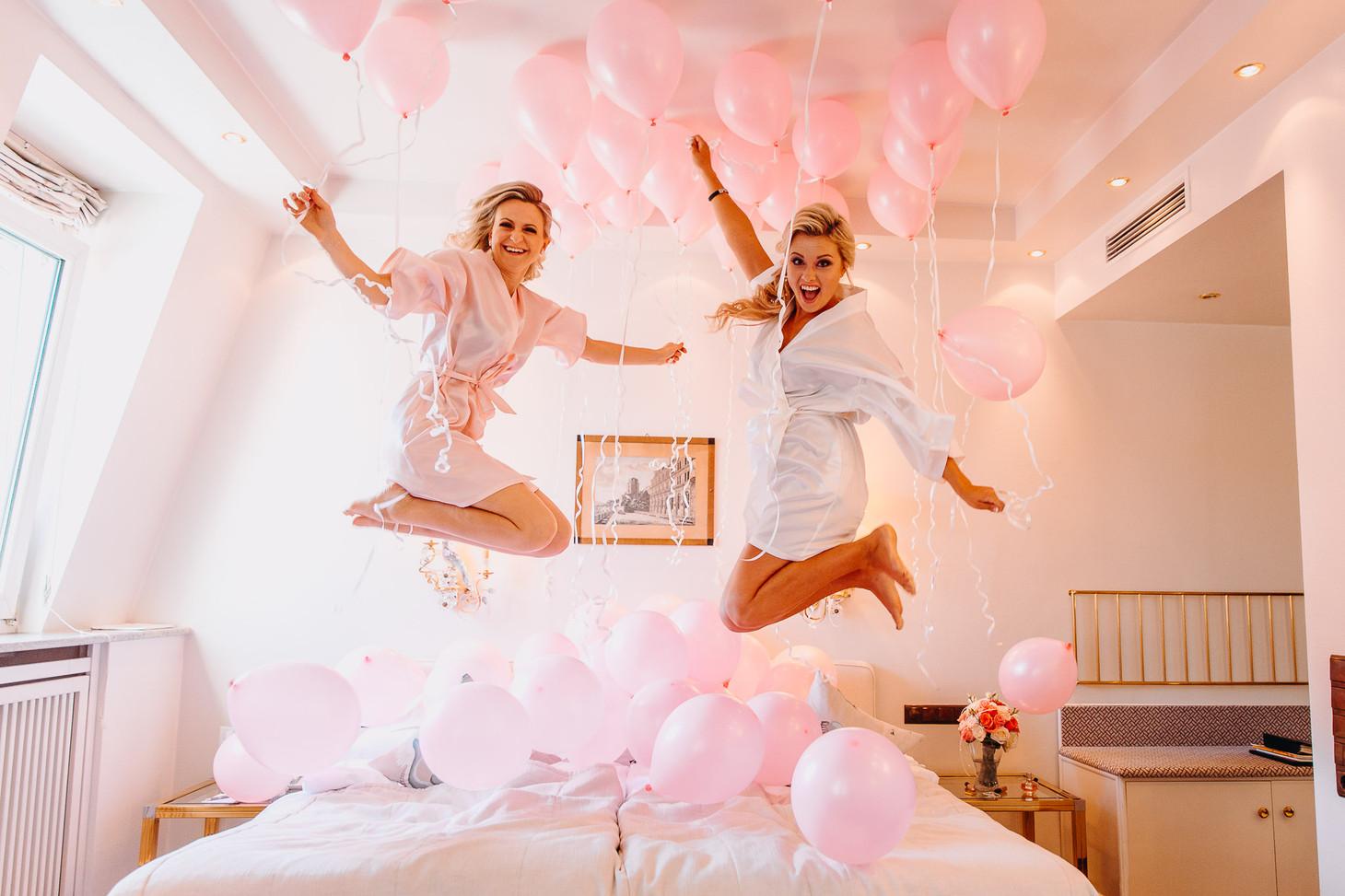 Braut und Trauzeugen haben spaß beim Getting Ready im Hotel Europäischer Hof