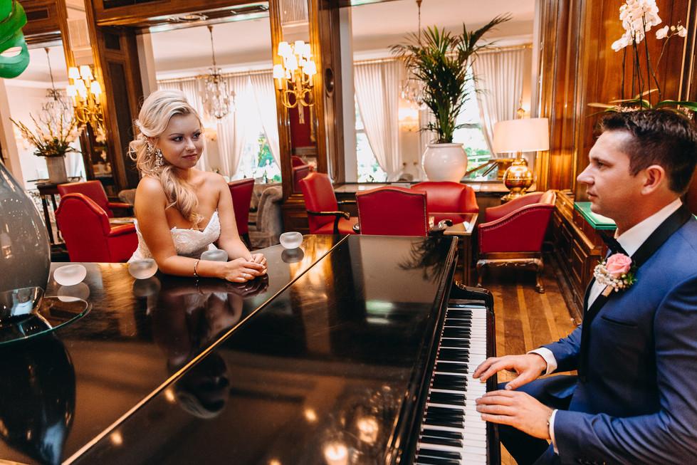 Bräutigam spielt Klavier für die Braut Hochzeit Hochzeitsfotograf