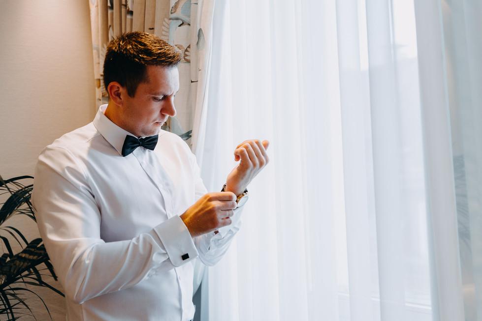 Getting Ready mit dem Bräutigam in Heidelberg  Manschettenknöpfe Hochzeitsshooting