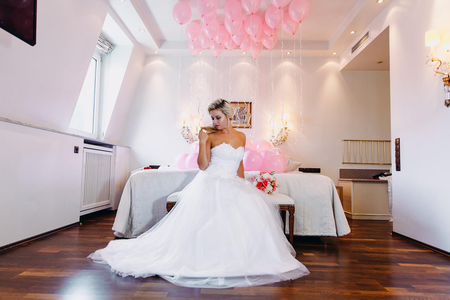 Hübsche Braut Julia im wunderschönem Hochzeitskleid Foto