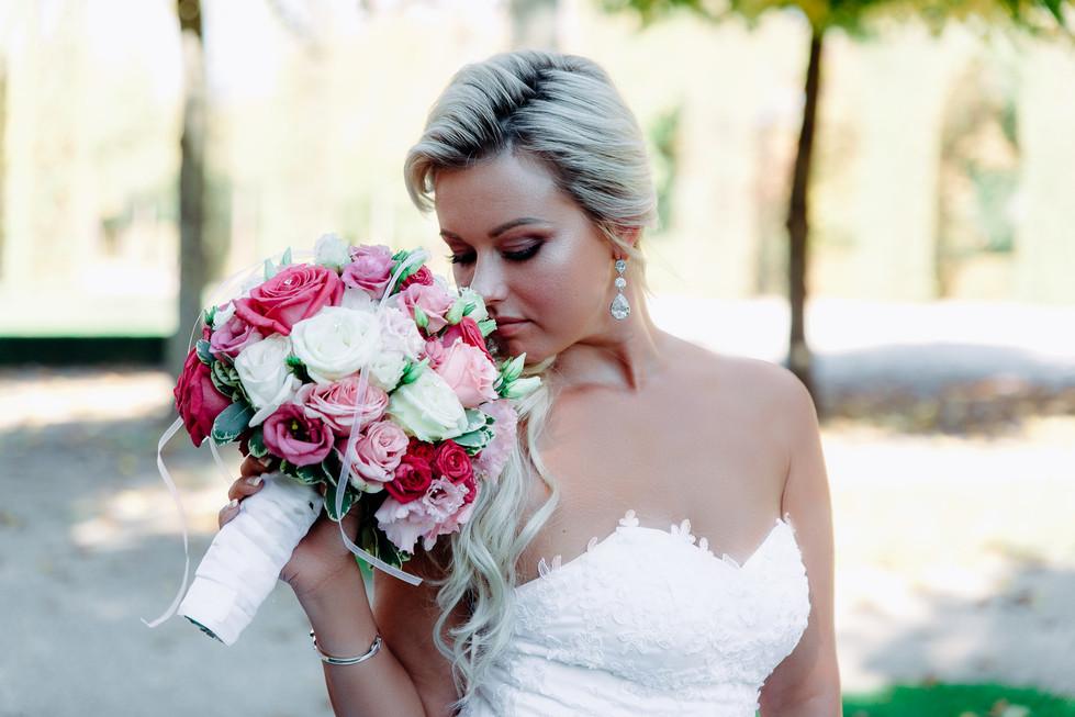 Braut riecht am Brautstrauß Schwetzinger Schlossgarten Hochzeitsfotograf