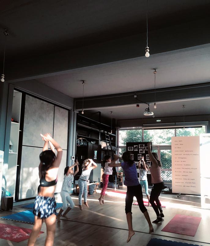 Στο παιδικό τμήμα Yoga-Pilates διασκεδ