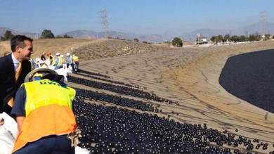 Lanzan miles de pelotas a un pantano para paliar los daños de la sequía