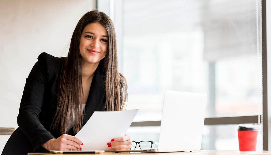 brunette-businesswoman-posing_k.jpg
