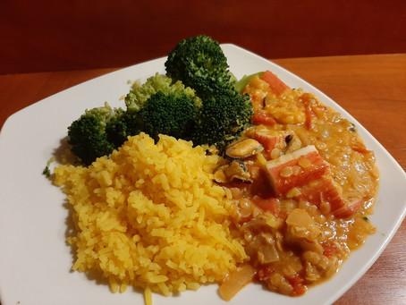 Tikka masala curry met zeevruchten en surimi.