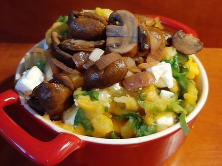 Pompoenstamppot met fetakaas, andijvie en paddenstoelen.