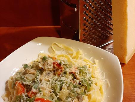 Tagliatelle met champignons, paprika en snijbonen in een pesto roomsaus.