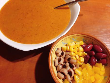 Tomatensoep met twee soorten bonen, mais en paprika.