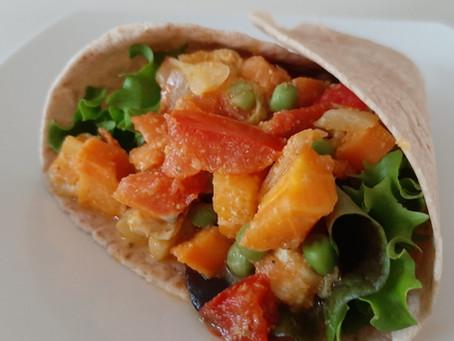 Pittig gevulde wraps met kip, puntpaprika, witte kool, wortel, doperwten en tomaat.