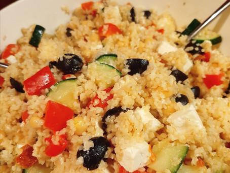 Gevulde bulgur salade met courgette, paprika en kikkererwten.