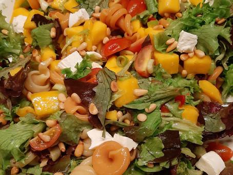 Salade met pasta, mango en geitenkaas.