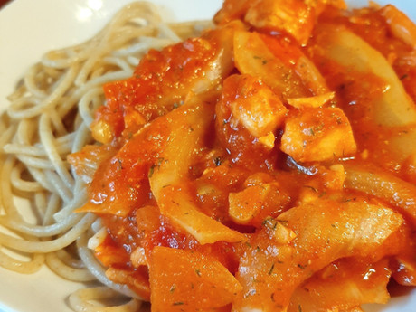 Spaghetti met een saus van zalm, venkel en tomaat.
