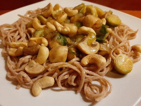 Spruitjes en champignons in oestersaus met cashewnoten en noodles.