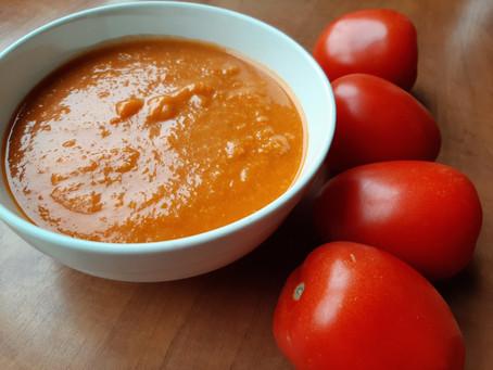 Stevige tomaten soep met rode linzen.