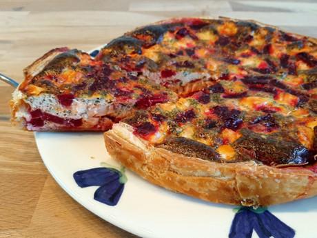 Hartige taart met rode bietjes en zalm.