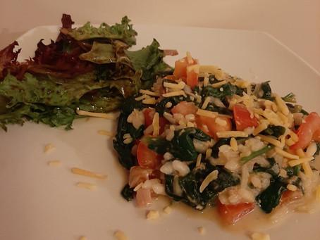 Risotto met spinazie, tonijn en tomaat.
