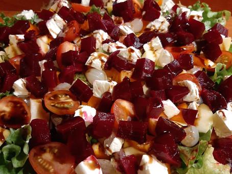 Salade met geitenkaas en rode bietjes.