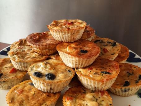 Hartige muffins met courgette, feta, ham en olijven.