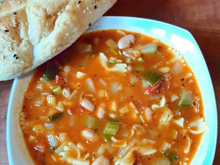 Minestrone soep met courgette chutney.
