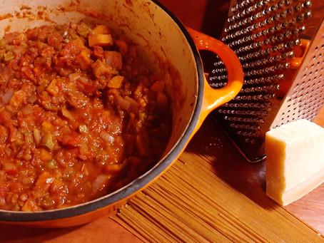 Vegetarische pasta saus met paprika, pompoen en linzen.