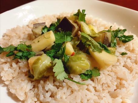 Rijst met curry van aubergine, spruitjes en appel.