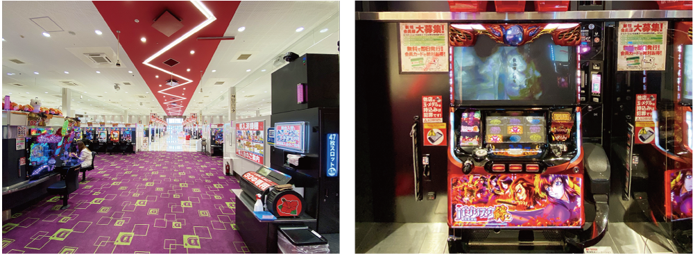 (左)スロットコーナーの様子 (右)バジリスク〜甲賀忍法帖〜の台