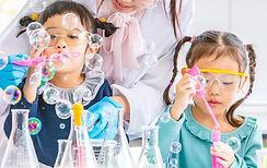 ninos jugando con burbujas